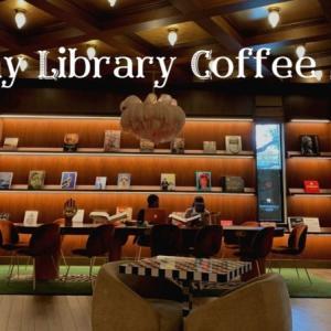 ベロア生地のソファが心地よい「Funny Library Coffee Shop」