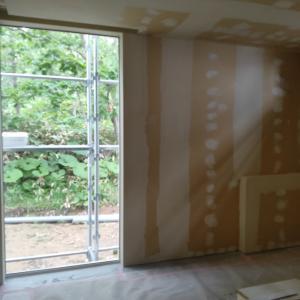 壁の下地をとことん塗る職人