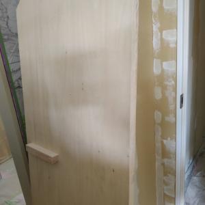 階段下収納の奇抜な造作ドア