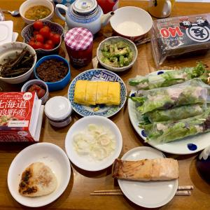 実家飯!生春巻き、鮭の塩焼き、アサリ汁、玉子焼き、いちごジャム、焼きおにぎり