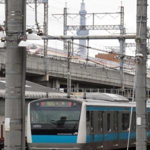 自然に調和したステンドグラスとウッディなJR武蔵五日市駅