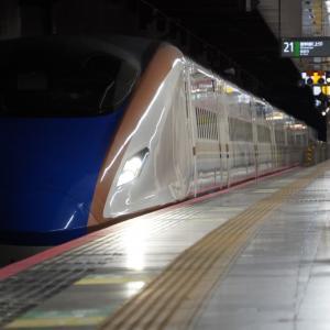 南新宿駅を西へ走り去り、南新宿2号踏切を通過する小田急線
