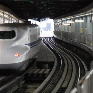 南新宿駅に来る電車(対岸から望見)・参宮橋駅を去る電車