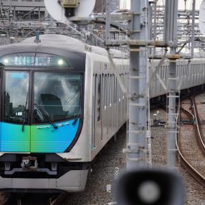 「南新宿駅」に向かってきて0.8キロ先「新宿駅」に滑り込む小田急線