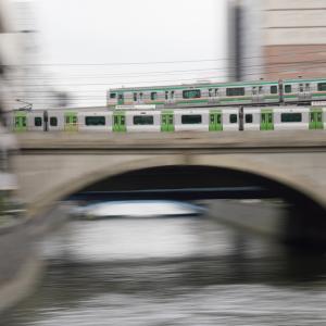 南新宿駅で反対側のホームに滑り込む小田急線・新宿駅地下ホーム9番線
