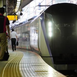 南新宿駅・南新宿2号3号踏切・参宮橋駅を走り去る電車