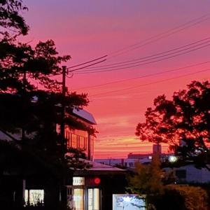 夕陽が泣いて〜い〜る♪