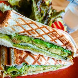 アボカド&レタス 野菜たっぷりグリーンサンドイッチ【ワンプレート朝ごはん】