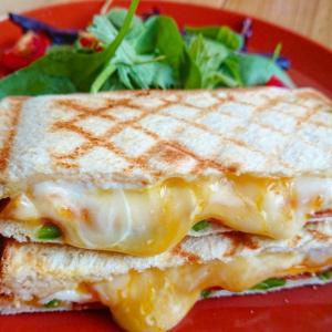 チーズ好きの為のホットサンド!はみ出るベーコンエッグチーズレシピ