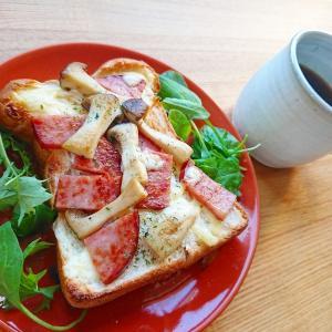 ボリューム満点!ボロニアソーセージとエリンギのトーストレシピ【朝食】