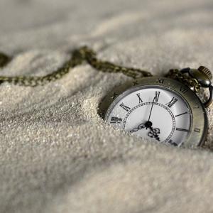 睡眠時間を増やすため、1時間早く寝るようになった人に起こった悲劇とは?