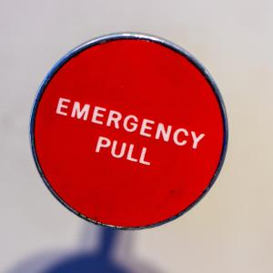 英北部スコットランド・スートーンヘブンで列車の脱線事故が発生 3名死亡
