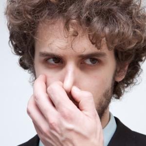 職場の臭いが耐えられない!体臭がきつい人への注意や対策どうする?