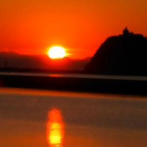 室蘭大黒島、絞ったばかりの夕日のオレンジが山入端に