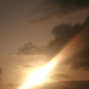 日本海に沈まんとする夕日を追う太平洋岸の我