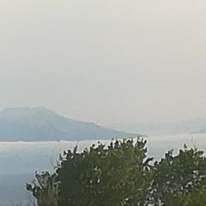 雲海に半分かくれんぼ北海道駒ヶ岳~霧シーズン室蘭から内浦湾の向こう側眺め