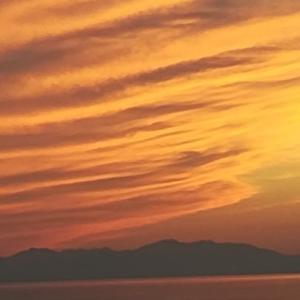 室蘭夕景:熱情に染まる雲とパステルトーン駒ヶ岳の共演~ある日の北海道内浦湾