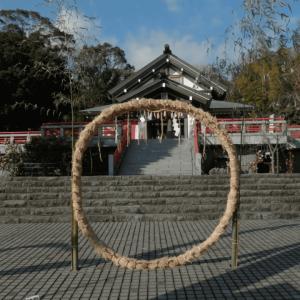 初詣とかで神社に置いてあるでかい輪っか・茅の輪とその由来を解説!
