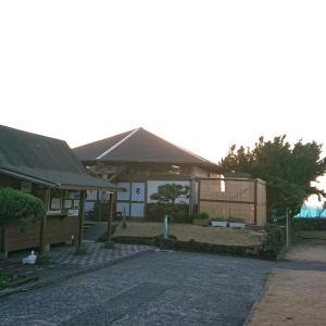 伊豆の大島…そこには島民の日常となっている、まるで海のような混浴露天風呂がありました~嫁と船たび島めぐり~【大島温泉元町浜の湯】