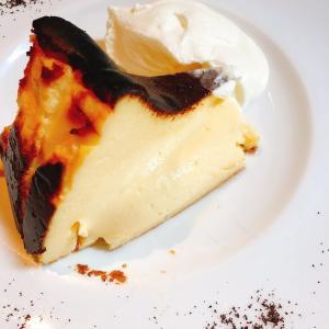 殿堂入りのお皿たち その39 【シクスバイオリエンタルホテルの バスクチーズケーキ】