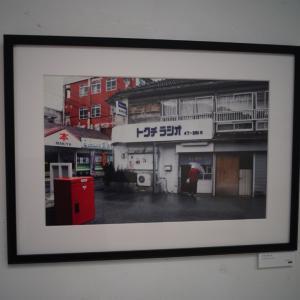 OkiMuで「夕焼けアパートから眺める沖縄」展