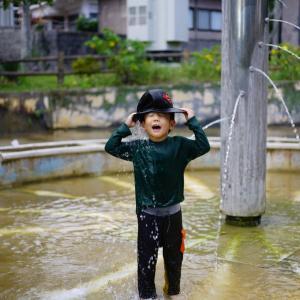 金武町の大川児童公園で水遊びな師走