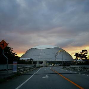 夕焼けに宜野座ドーム