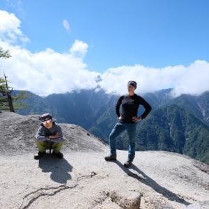 岳観の白砂ビーチ 日向山と鞍掛山