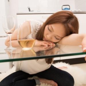女性がアルコール依存症になりやすいのはなぜ?キッチンドリンカーが原因