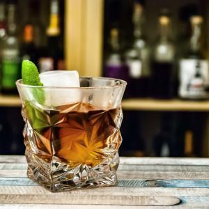 ゲームセンターで酒の飲み方を知らない店員がウイスキーをなみなみと注ぐ 依存症⑮