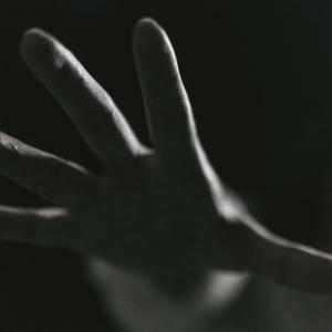 手の震えはアルコールの離脱症状|アルコール依存症の家族から見てわかる症状