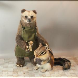 ちょっと太めのシマリス と バリスタ風グリズリー     ~ 羊毛フェルト 動物フィギュア ~