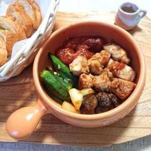 椎茸とオクラと鶏肉とトマトのアヒージョ、バケット添え