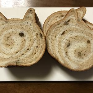 """お休みの一日 朝は""""ねこねこ食パン""""モンブラン味をいただきました。午前はミニの家庭菜園、万願寺とうがらしのお世話。午後はマスク作りに一日が過ぎました。"""