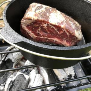 ダッチオーブンでキャンプ飯 簡単すぎて驚いたローストビーフレシピ!!