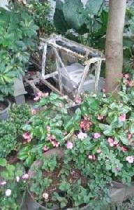 玄関前の木製花棚が壊れて