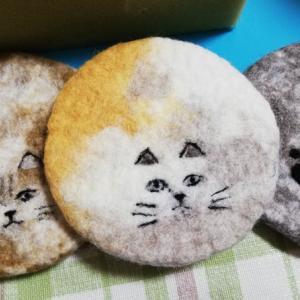 石鹸水を使用し羊毛フェルトで制作した猫のコースター