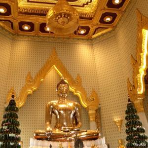 正真正銘の黄金仏にお詣りできるお寺、ワットトライミット