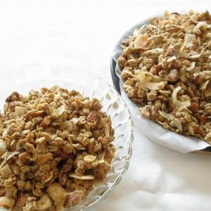 アイハーブで買ったココナッツフレークとココナッツオイルを使ってグラノーラを作りました。