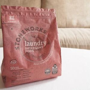 iHerb【Grab Green グラブグリーン】 ストーンワークス 洗濯用洗剤ポッド「ローズペタルの香りが最高!」