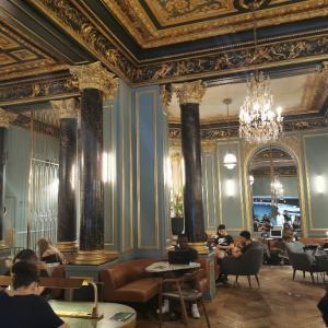 【WiFi完備】パリのオペラ通りのおしゃれな宮殿スタバ