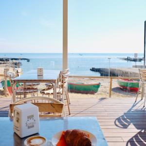 海の見えるオープンカフェで朝食を