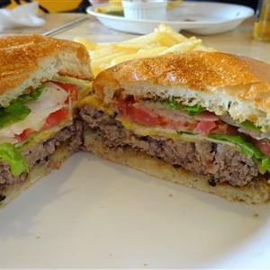 西鉄二日市駅すぐのサンハウスはアメリカンスタイルの本格的なハンバーガーショップでボリューミー