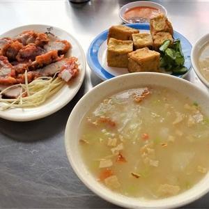 龍山寺近くの穴場の朝食店 華西街鹹粥店でサラサラ粥と揚げ豚肉で満足