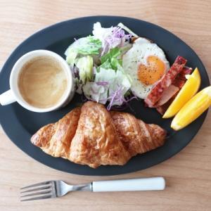 黒のお皿に朝ごはん、と戸塚刺繍続き。