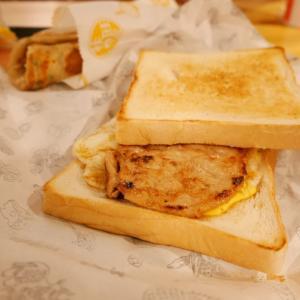 29. 朝食に焼きたて鉄板焼きトーストサンドを食べる/台湾でしたい100のこと