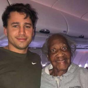 88歳のおばあちゃんの夢のためにファーストクラスのチケットを捧げた青年が優しすぎる