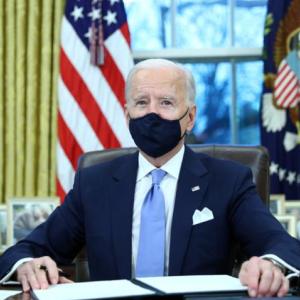 バイデン氏が大統領令に署名、パリ協定復帰など前政権の路線転換
