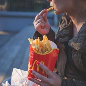 「カラダに悪いジャンクフード」独身者がマクドナルドをよく食べる理由