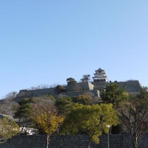 丸亀城の12時と4時の方向にあるもの